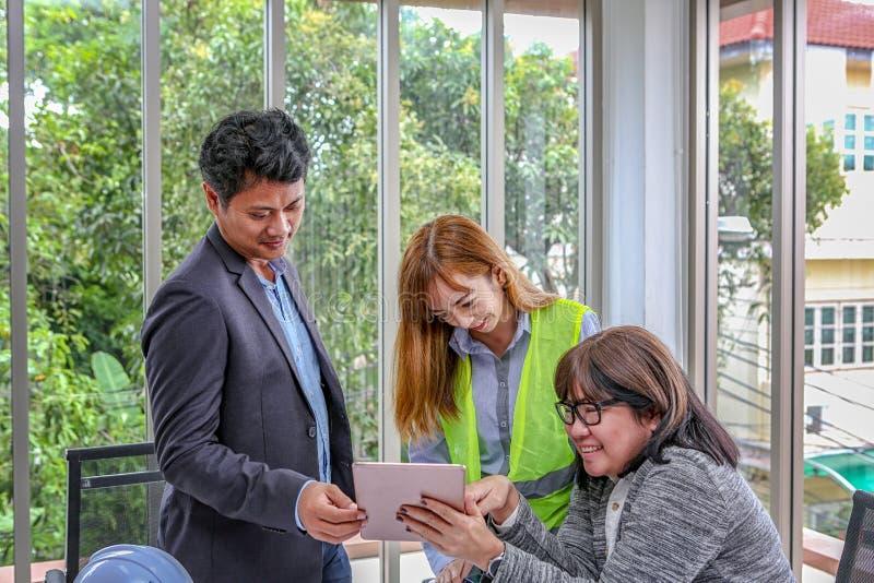 Het techniekteam plant een gebeurtenis met vreugde Groepsingenieurs die het werk in vergaderzaal bespreken op het kantoor Aziatis stock afbeelding