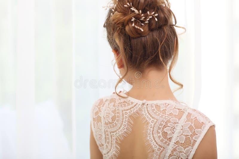 Het tedere huwelijks modieuze kapsel, Elegante donkerbruine bruid die met omhoog verzameld achteruitgaan doet haar Lichte bruids  stock foto's