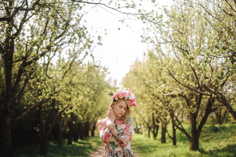 Het tedere portret van mooie blondevrouw kleedde zich in bloemkleding en roze kroon royalty-vrije stock afbeeldingen