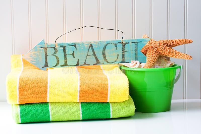 Het teken en de handdoeken van het strand stock foto