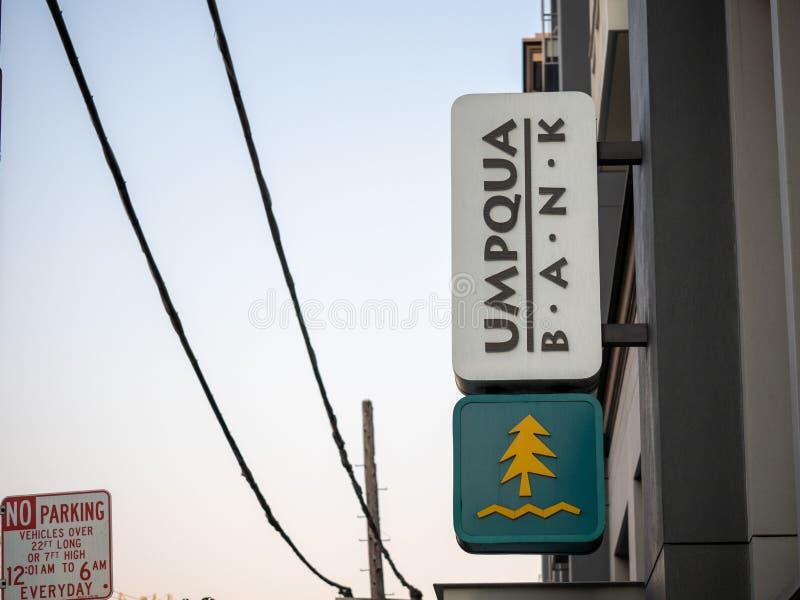 Het teken en het embleem van de Umpquabank buiten takplaats stock foto's
