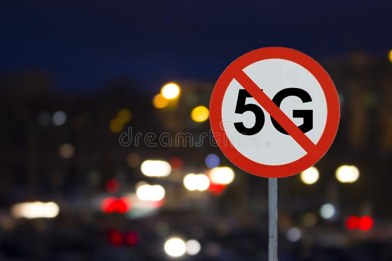 Het Teken geen 5G en nachtweg met auto's royalty-vrije stock afbeelding