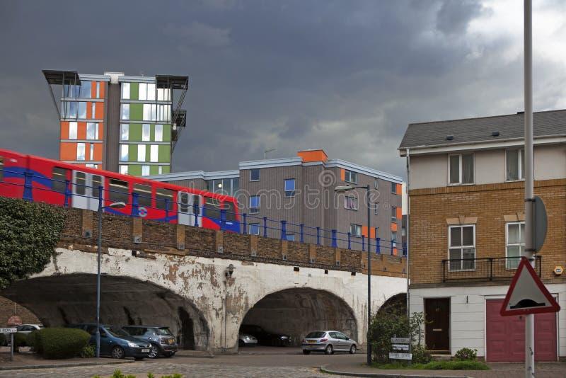 Het teken op het platform van Clapham-Verbinding, het bezigste station van Groot-Brittannië ` s, en trein in Zuidwesten leidt liv royalty-vrije stock foto's
