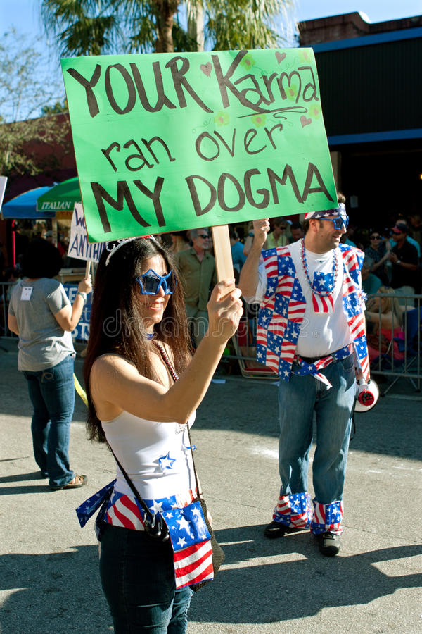 Het teken in Parade zegt Uw Karma Ran Over My Dogma royalty-vrije stock afbeelding