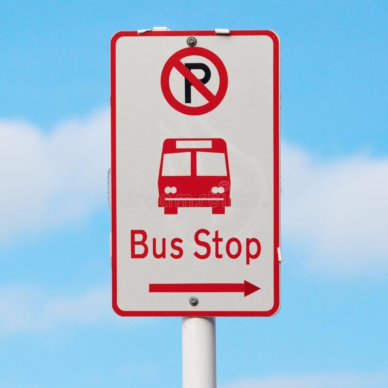Het teken toont manier aan bushalte en geen parkeerterrein met onscherpe B stock foto