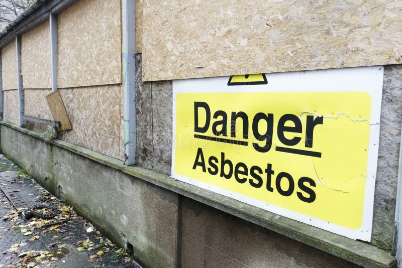 Het teken van het asbestgevaar bij de heropfrissing van de bouwconstructieplaats van de oude bouw royalty-vrije stock fotografie
