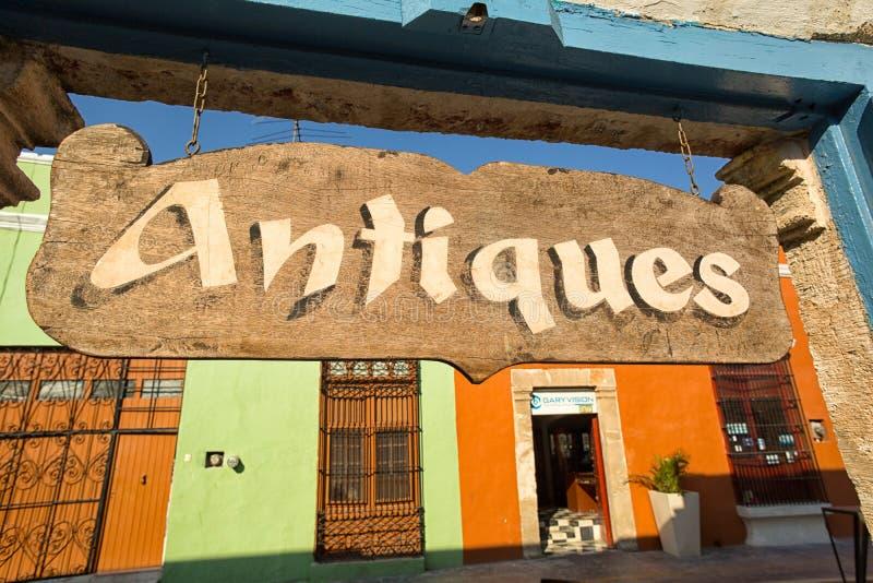 Het teken van de antiquiteitenopslag in Campeche Mexico stock afbeeldingen