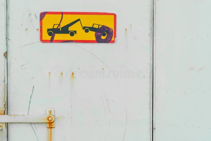 Het teken van de autoverwijdering op een haven stock afbeeldingen