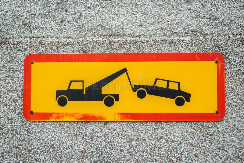 Het teken van de autoverwijdering op een muur stock foto