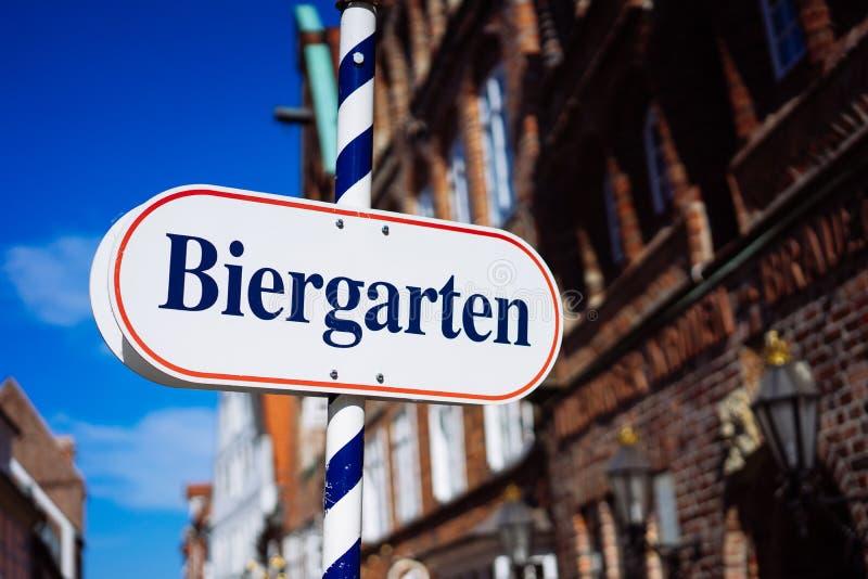 Het teken van de biertuin Het geopende schild in het Duits biergarten op een zonnige vakantie Oude traditionele buildung en blauw stock foto's