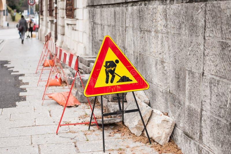 Het teken van de bouwstreek door de weg in stedelijk milieu royalty-vrije stock fotografie