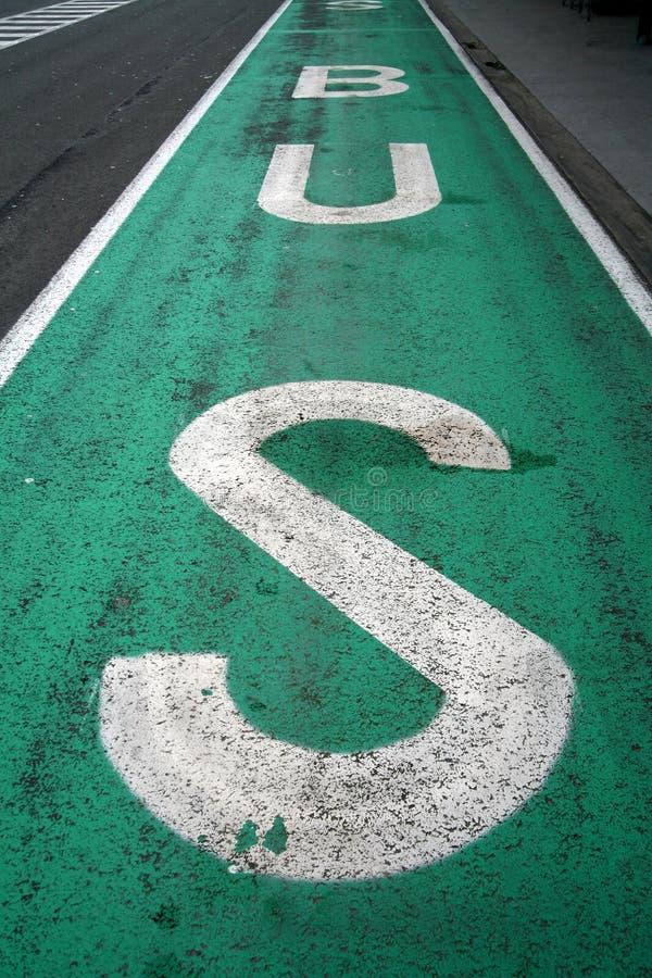 Het teken van de bus op de weg royalty-vrije stock afbeeldingen