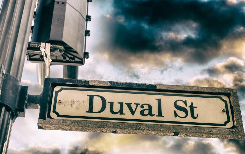 Het teken van de Duvalstraat in Key West bij zonsondergang, Florida stock foto's