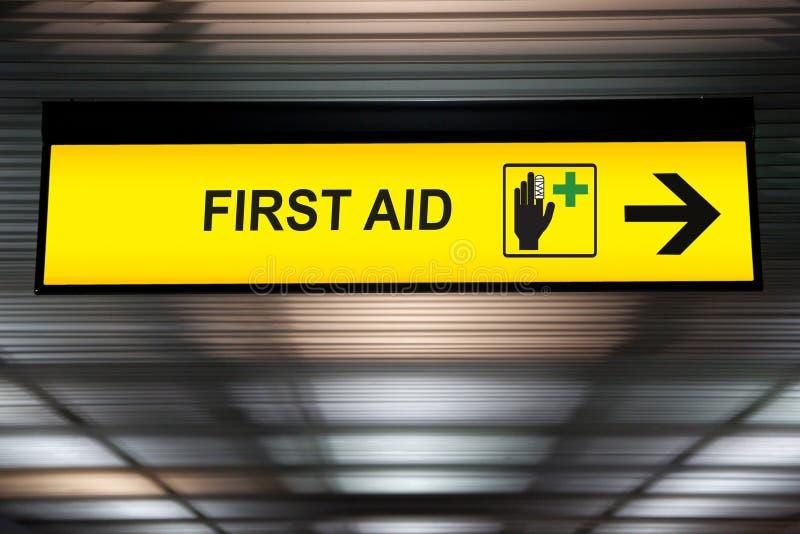 Het teken van de eerste hulp het medische post hangen van plafond bij luchthaven stock foto