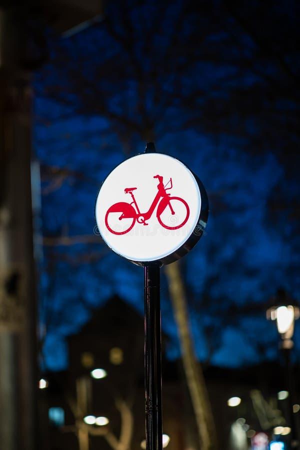 Het teken van de fietssteeg van de stad van Barcelona bij nacht stock foto
