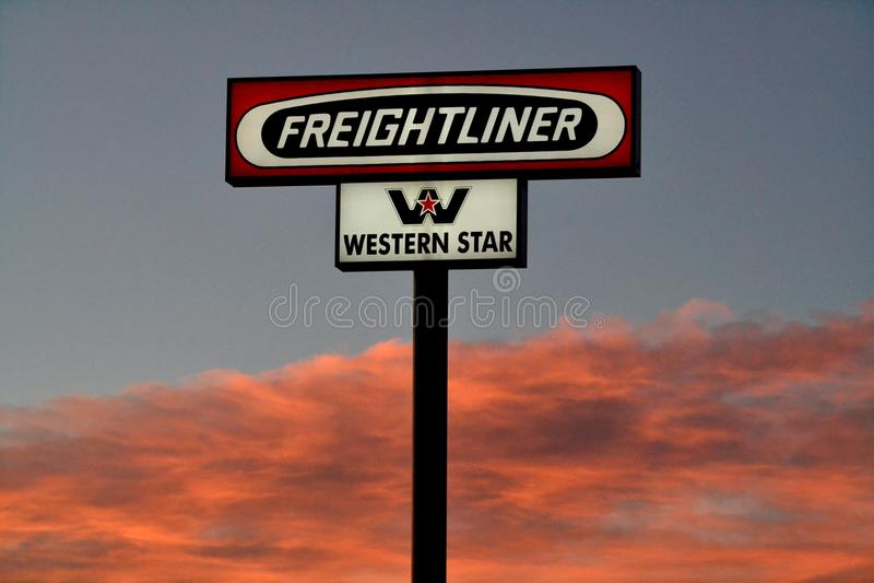 Het teken van de Freightlinervrachtwagen De Freightlinervrachtwagens is een Amerikaanse vrachtwagenfabrikant stock foto