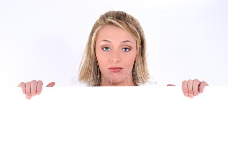 Het Teken van de Holding van de Vrouw van de blonde met Droevige Uitdrukking stock fotografie