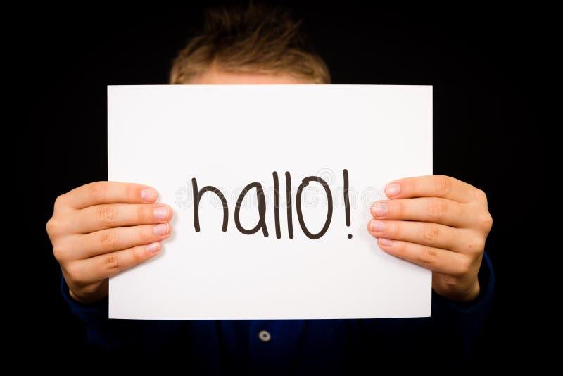 Het teken van de kindholding met Duits woord Hallo - Hello in het Engels royalty-vrije stock foto's