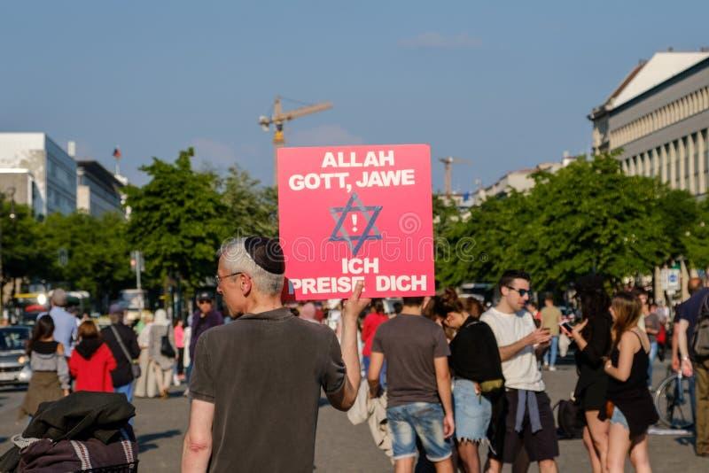 Het teken van de mensenholding voor godsdienstige tolerantie, die God, Allah prijzen en royalty-vrije stock fotografie