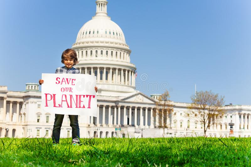 Het teken van de protesteerderholding slaat onze planeet in handen op royalty-vrije stock fotografie