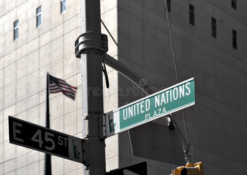 Het teken van de straat buiten de bouw van de V.N. royalty-vrije stock afbeelding