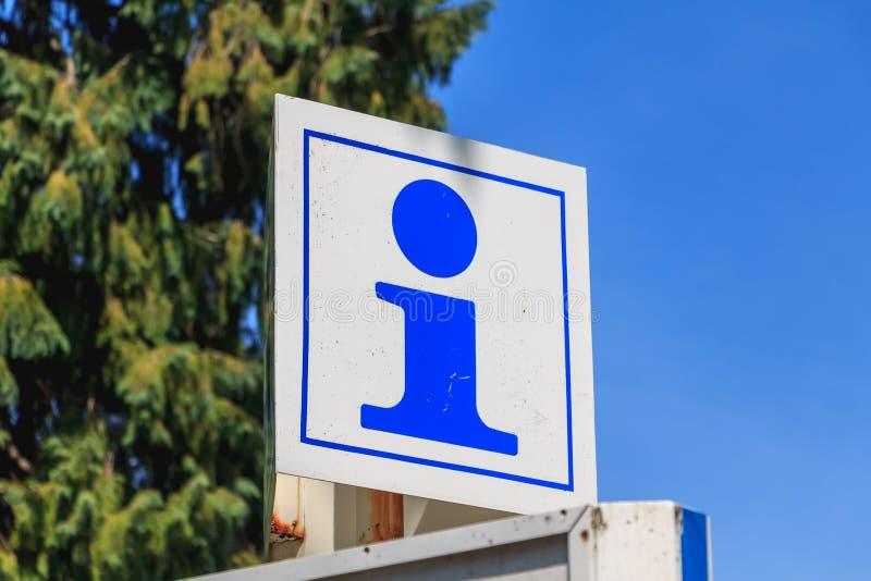 Het teken van de straatinformatie, de dienst van de toeristenhulp op blauwe hemel royalty-vrije stock afbeelding