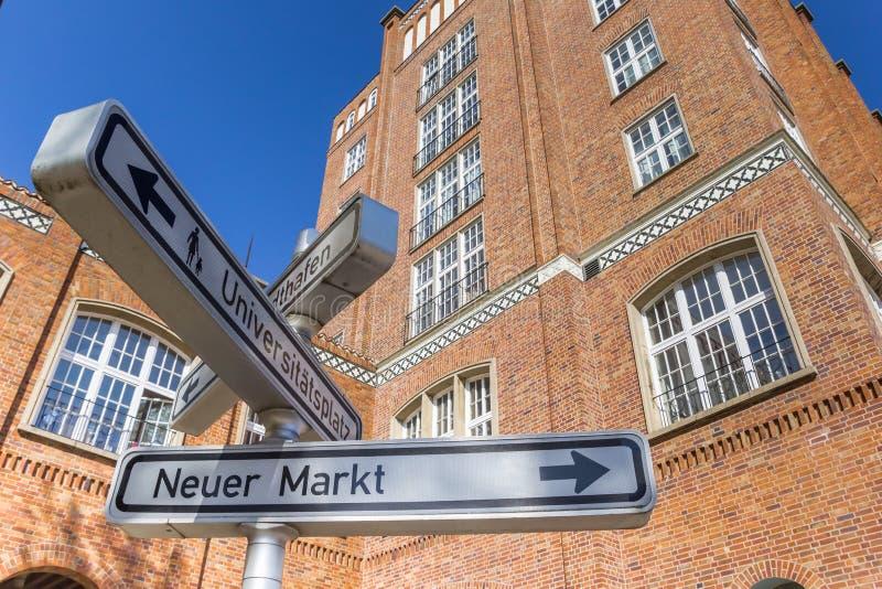 Het teken van de toeristeninformatie in het historische centrum van Rostock royalty-vrije stock fotografie