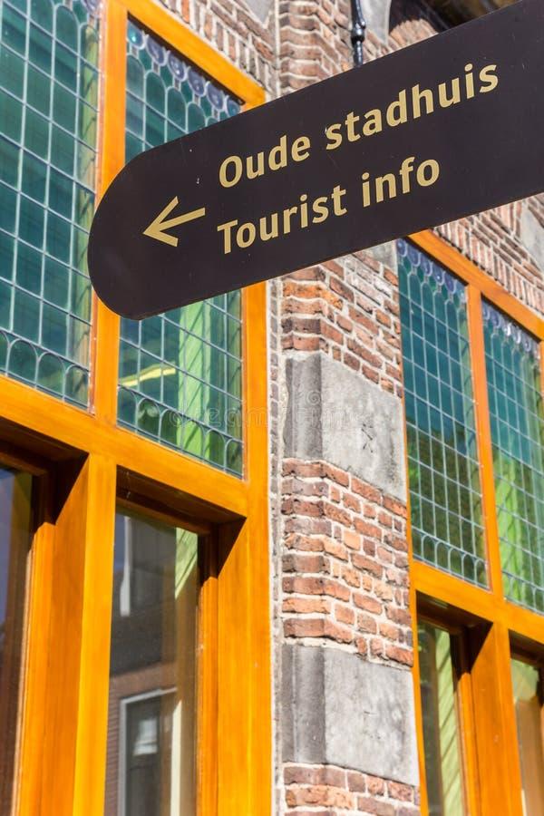 Het teken van de toeristeninformatie voor het stadhuis van Hasselt royalty-vrije stock fotografie
