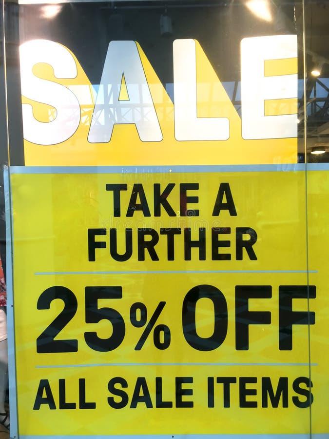 Het teken van de verkoop in winkelvenster stock afbeeldingen