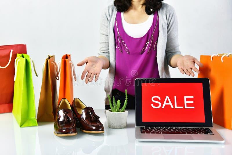 Het teken van de verkoopbevordering, Online het winkelen korting, Ondernemer en e-businesshandel stock foto