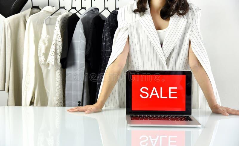 Het teken van de verkoopbevordering, Online het winkelen korting, Ondernemer en e-businesshandel stock afbeelding