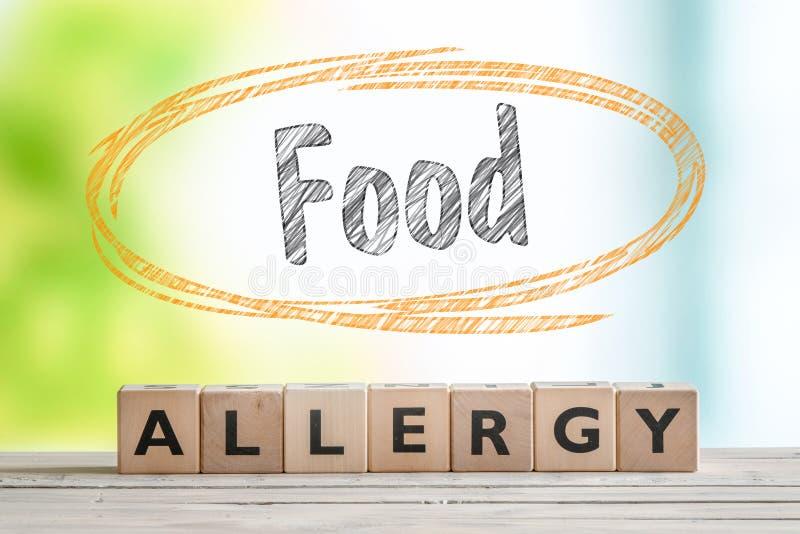 Het teken van de voedselallergie op een lijst stock foto's