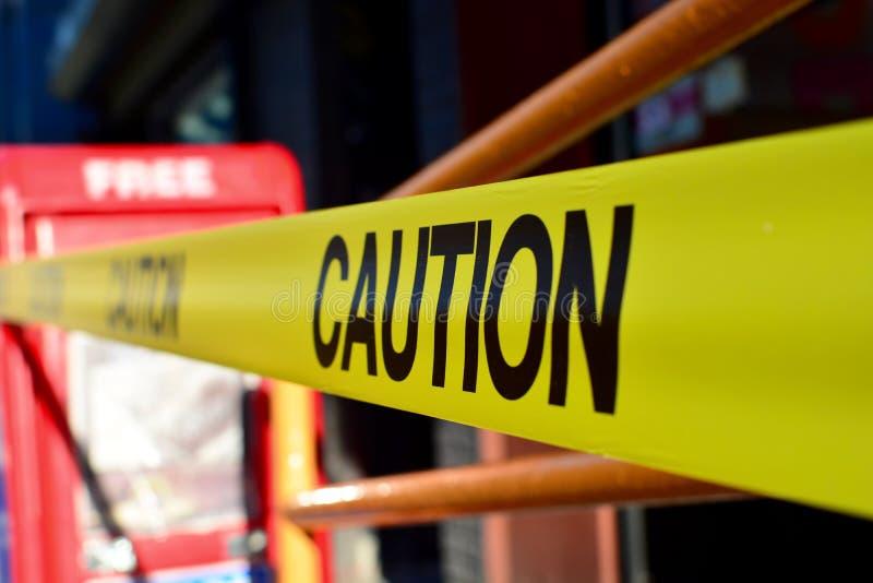 Het teken van de voorzichtigheidsband stock afbeeldingen