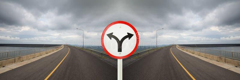Het teken van de vorkverbinding met kruispunten die in bidirectioneel spliting stock afbeeldingen
