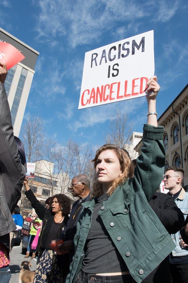 Het teken van de vrouwenholding tegen racisme royalty-vrije stock afbeelding