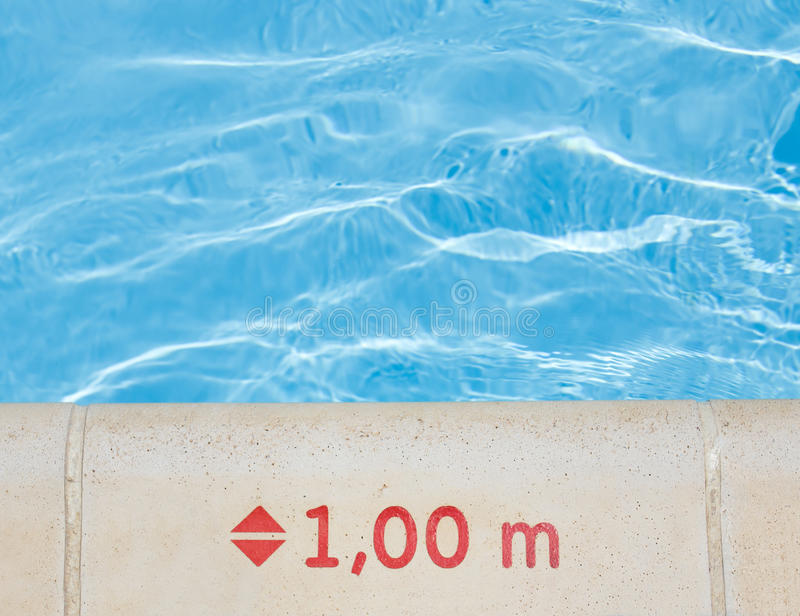 Het teken van de waterdiepte op poolrand royalty-vrije stock afbeeldingen