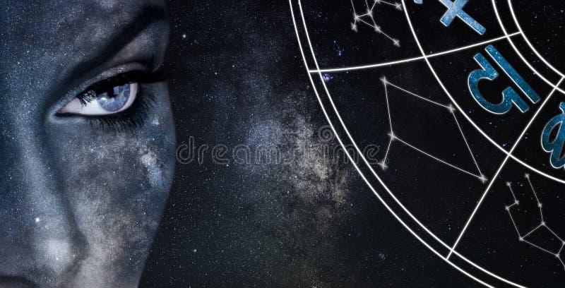 Het teken van de WEEGSCHAALhoroscoop De achtergrond van de de nachthemel van astrologievrouwen stock fotografie