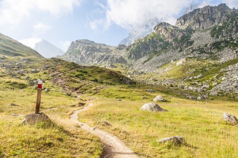 Het teken van de weg op Italiaanse Alpen royalty-vrije stock foto's