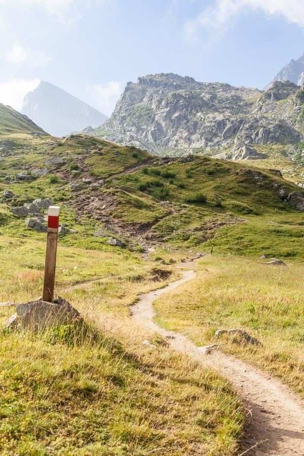 Het teken van de weg op Italiaanse Alpen royalty-vrije stock afbeelding