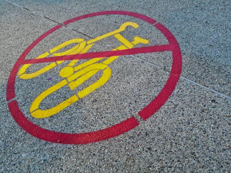 Het teken van geen fiets wordt toegestaan duidelijk op een weg royalty-vrije stock fotografie