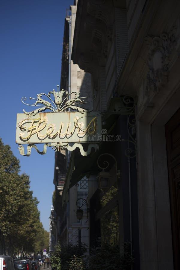 Het Teken van het Fleursneon in Parijs stock afbeeldingen