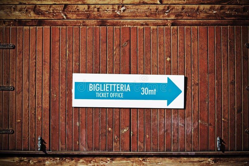 Het teken van het kaartjesbureau in het Italiaans in uitstekende toon royalty-vrije stock fotografie