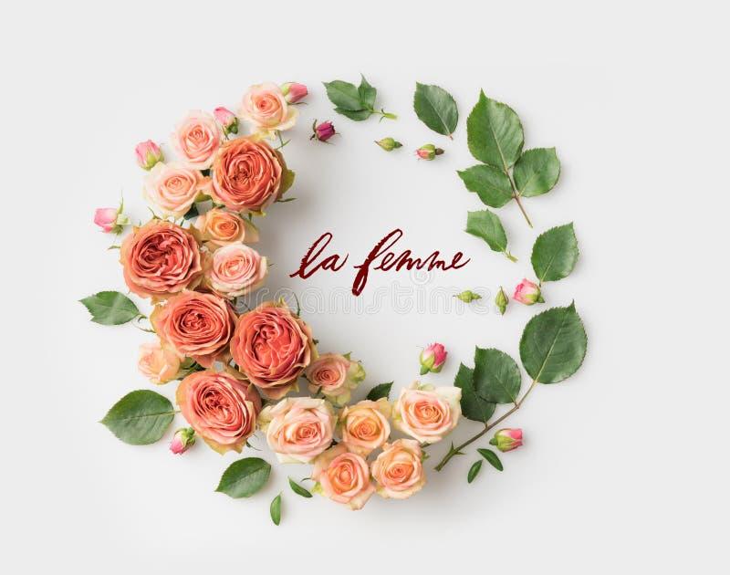 Het teken van LE FEMME met roze bloemkroon wordt omringd met bladeren, knoppen en bloemblaadjes dat royalty-vrije stock foto