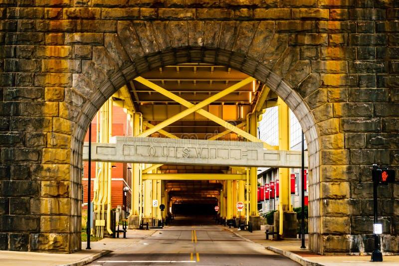 Het teken van Louisville Kentucky en Clark Memorial Bridge-boog royalty-vrije stock foto