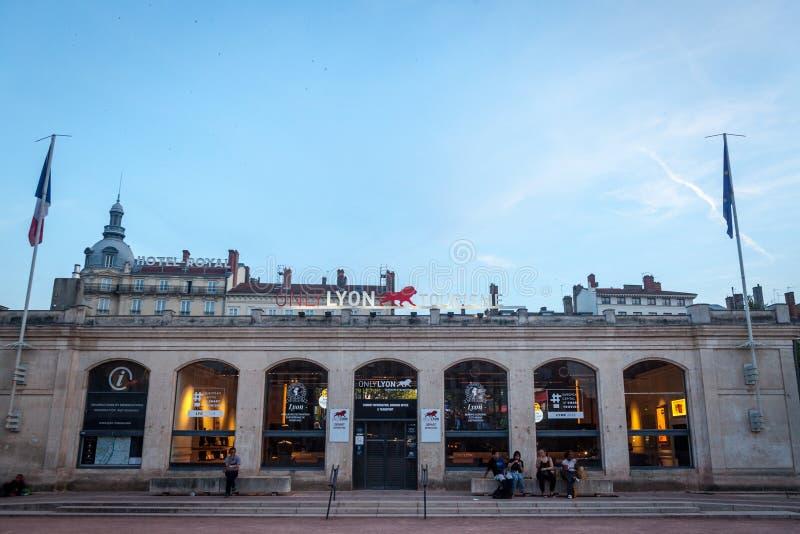Het teken van Lyon slechts op het Toerismebureau van Bellecour-Vierkant bij nacht Het is visuele die het brandmerken identiteit v stock afbeeldingen