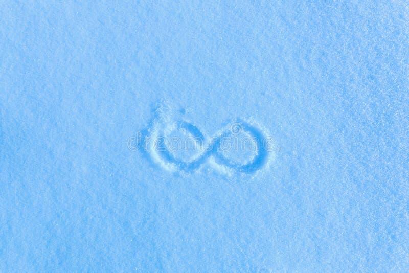 Download Het Teken Van Oneindigheid Op De Sneeuw Blauwe Sneeuw, Ijzige Ochtend Stock Foto - Afbeelding bestaande uit close, illustratie: 114228364