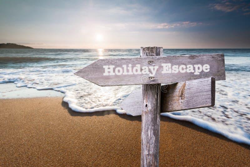 Het teken van het vluchtbericht op het strandzand Vakantie en reisconce stock foto