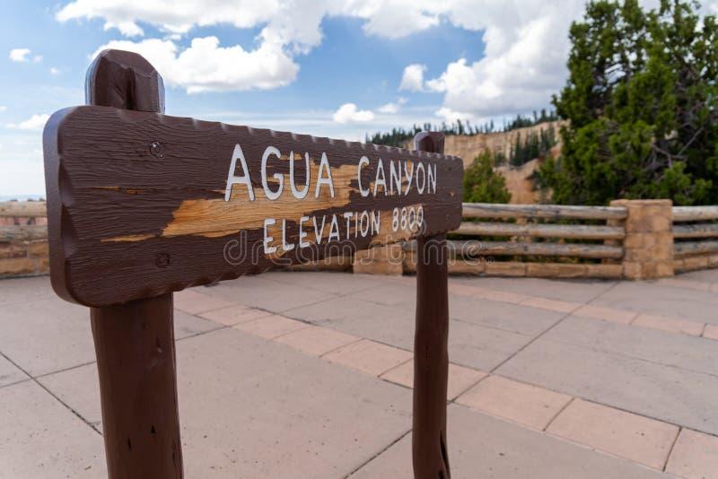 Het teken voor Agua-Canion in Bryce Canyon National Park, overziet van de vormingen van de ongeluksbodenrots royalty-vrije stock afbeeldingen