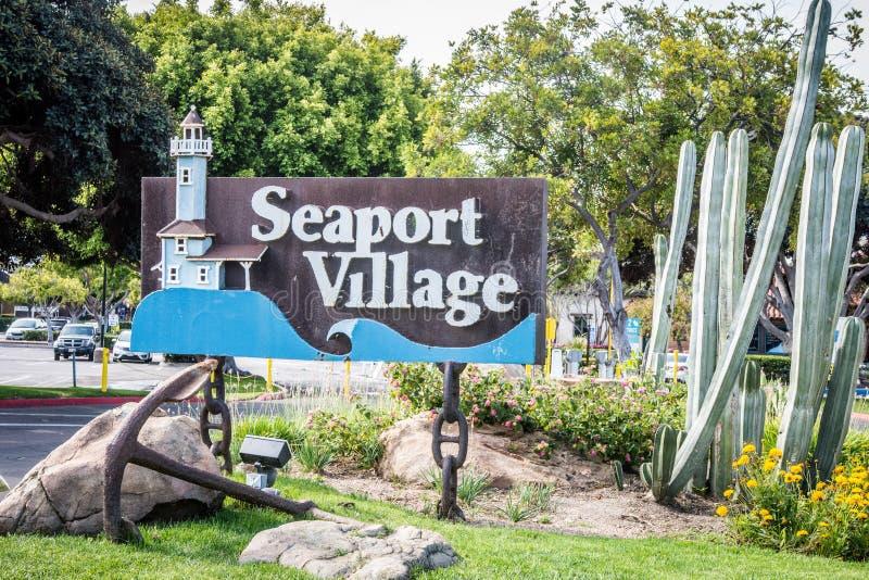 Het teken voor Zeehavendorp, een winkelcentrum, heet bezoekers welkom royalty-vrije stock afbeelding