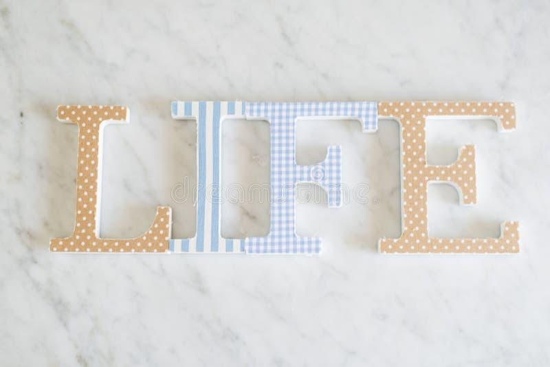 Het tekstleven dat met houten brieven, uitstekende retro stijl wordt gemaakt stock afbeeldingen